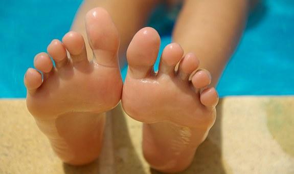 hermosos pies de vecina distraida