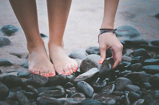 pies de mujer en un lago