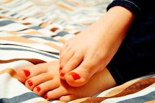sexys pies de uñas rojas
