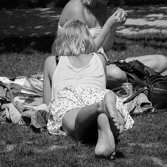 mujer acosta en el parque con exquisitos pies