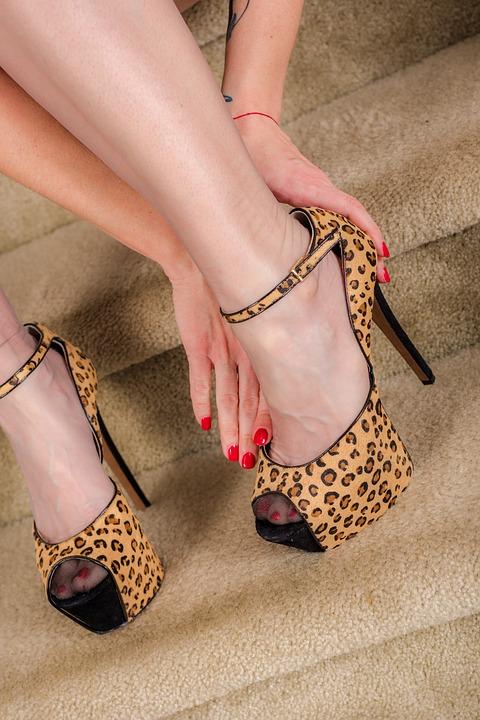 pies de mujeres con tacones