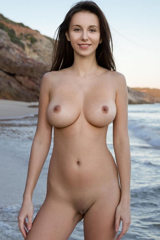 jovencita depila camina en la playa