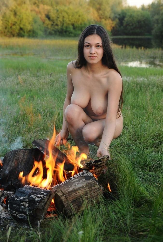mujer desnuda en la fogata